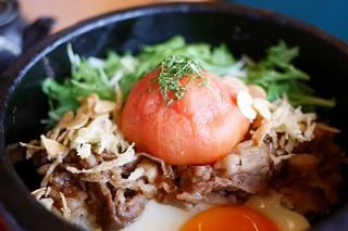 丸ごとトマトと黒田庄和牛の石焼き丼